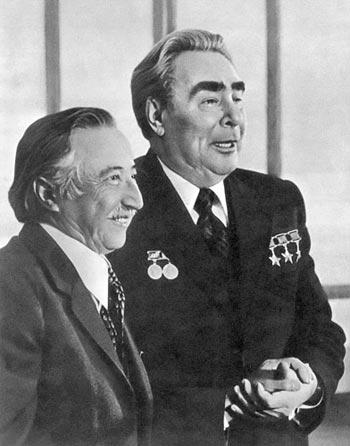 Луис Карволан и Леонид Брежнев после освобождения из концлагеря