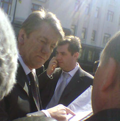 Виктор Ющенко общается с запорожцами