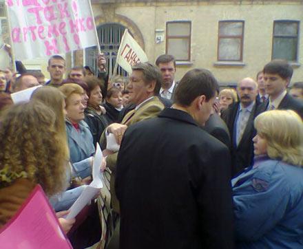 Виктор Ющенко общается с запорожцами под стенами администрации президента